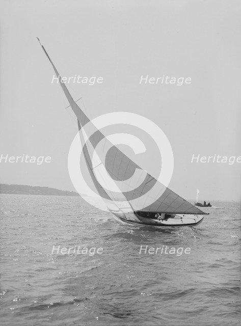 The 6 Metre 'Vanda' sailing close-hauled, 1914. Creator: Kirk & Sons of Cowes.
