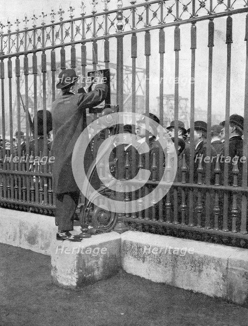 Crowds outside Buckingham Palace waiting for news of the illness of the King, 5th May, 1910. Artist: Unknown
