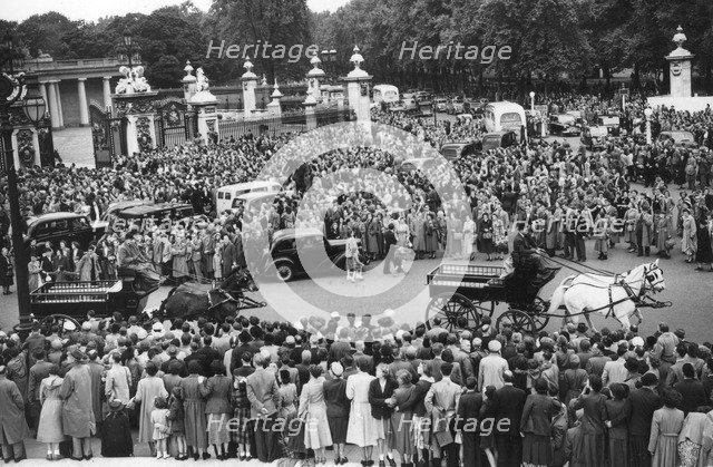 Crowds gathered outside Buckingham Palace a few days before the coronation, 1953. Artist: Unknown