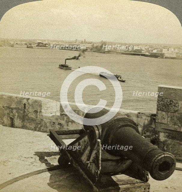 Cannon, Morro Castle, Havana, Cuba.Artist: Underwood & Underwood